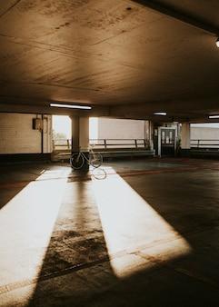 Puste kryte parkingi podczas pandemii koronawirusa w wielkiej brytanii