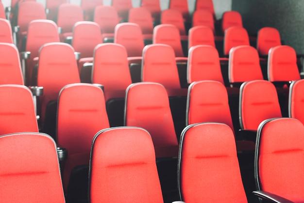 Puste krzesła kinowe