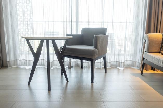 Puste krzesło i stół w salonie