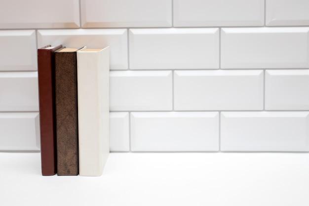 Puste książki na białym murem. skopiuj wolne miejsce na tekst.