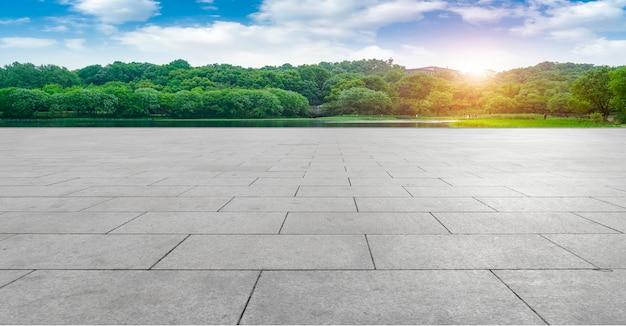 Puste kwadratowe cegły i naturalna sceneria krajobrazu