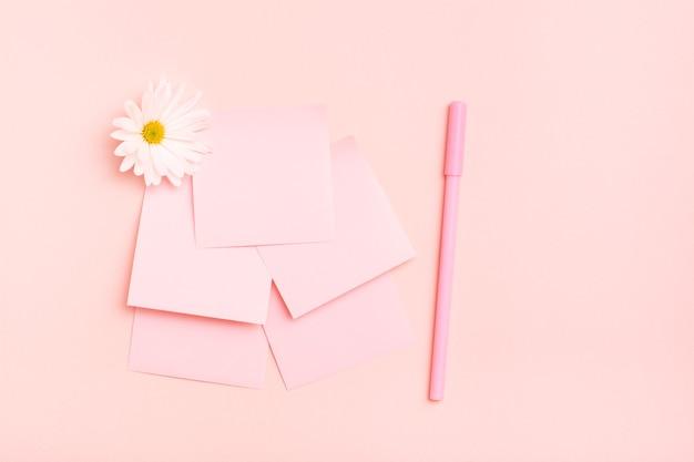 Puste kwadratowe małe kartki do pisania, chryzantema i długopis