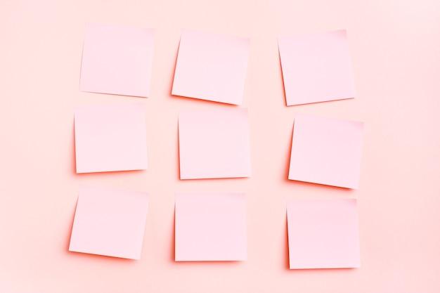 Puste kwadratowe małe kartki papieru do pisania w równych rzędach