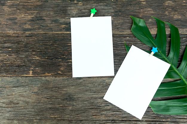 Puste kwadratowe strony notatnika i spinacz do papieru. papier firmowy przyklejony spinaczem do papieru.
