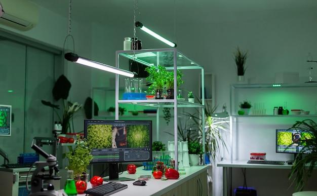 Puste laboratorium mikrobiologiczne, w którym nikogo nie ma, przygotowane do opracowania eksperymentu medycznego. laboratorium biochemiczne wyposażone w zaawansowane technologicznie narzędzia dla środowiska farmaceutycznego. badania medyczne.