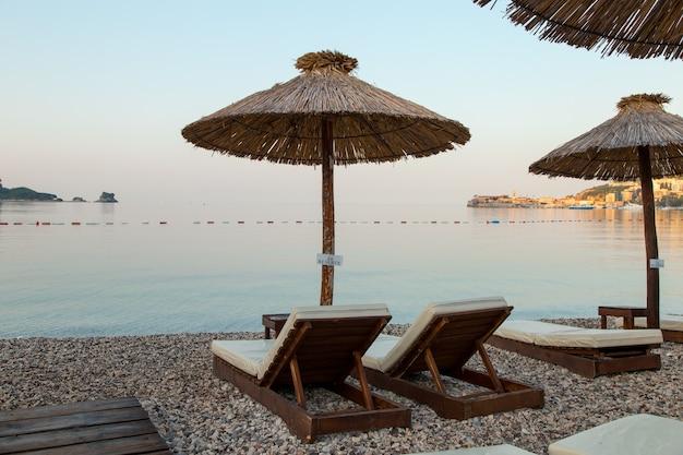 Puste leżaki na plaży, początek sezonu turystycznego, czekające na wczasowiczów podczas kwarantanny.