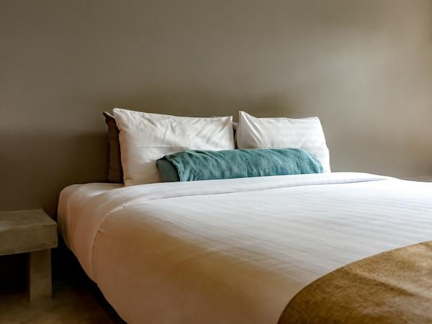 Puste łóżko podwójne w luksusowym i naturalnym