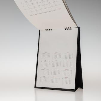 Puste makieta do projektowania czarny okładka spirali kalendarzowy stół na białym tle