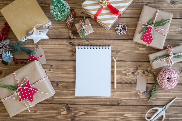 Puste makiety planera i prezenty świąteczne