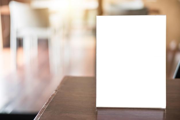 Puste menu ramki na stole w kawiarni stanąć za tekst wyświetlacza