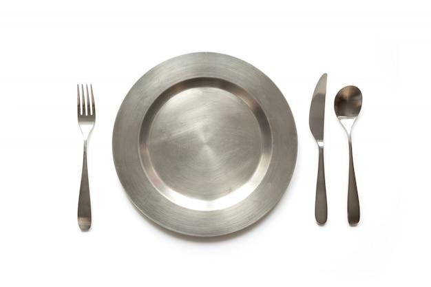 Puste metalowe naczynie z nożem i widelcem