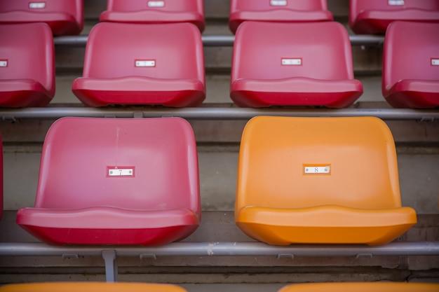 Puste miejsca na stadionie