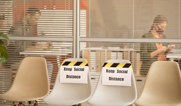 Puste miejsca ze znakiem odległości społecznej w pracy