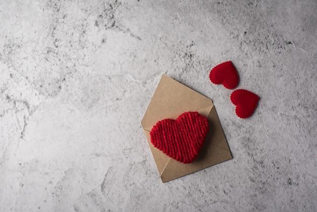 Puste miejsce list na drewnianym tle, valentine dnia pojęcie