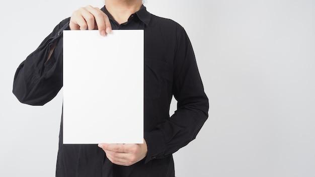 Puste miejsce na tekst. mężczyzna azjatyckich nosić czarną koszulę i ręka trzyma pustą tekturę na białym tle.