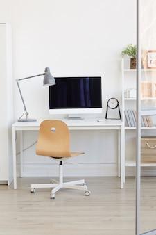Puste miejsce pracy za szklaną ścianą w nowoczesnym minimalistycznym stylu