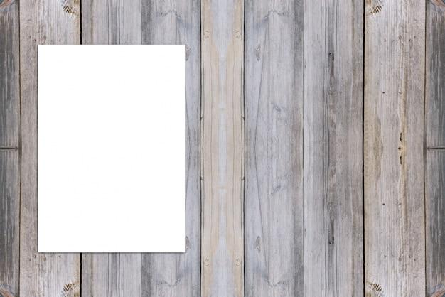 Puste miejsce składający papierowy plakatowy obwieszenie na drewnianej ścianie, szablonu egzamin próbny up dla dodawać twój projekt.