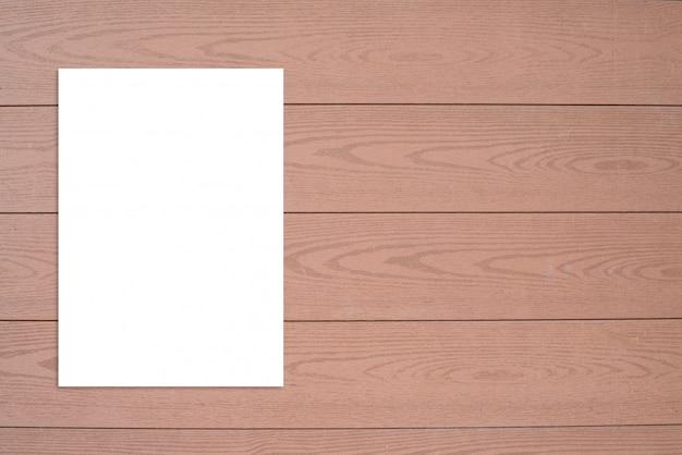 Puste miejsce składający papierowy plakatowy obwieszenie na drewnianym ściennym szablonu egzaminie próbnym up