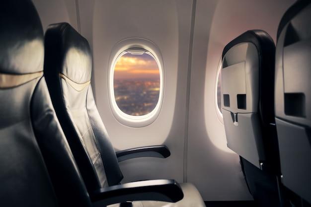 Puste miejsce w samolocie, podczas gdy wybuch covid-19 niszczy podróże i linie lotnicze, opiekę zdrowotną i koncepcję podróży. skoncentruj się na oknie.