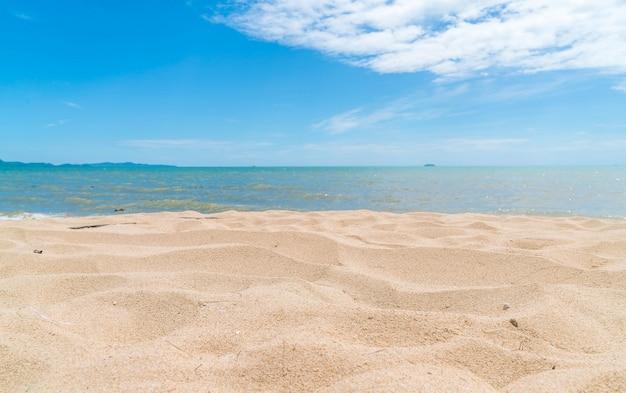 Puste morze i tło plaży