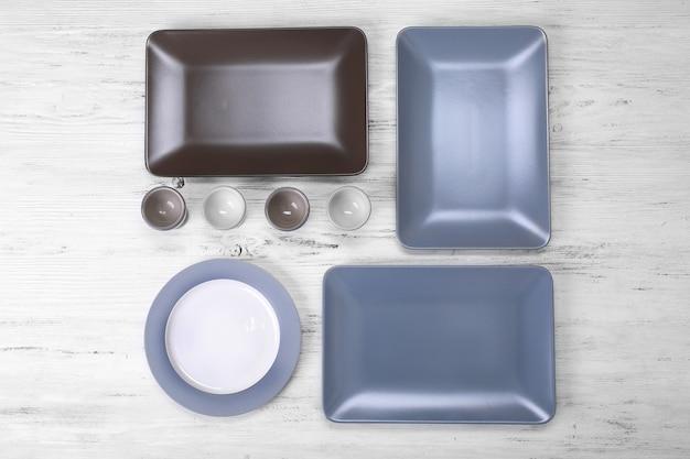 Puste naczynia na białym drewnianym.