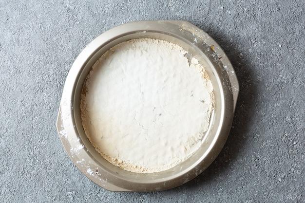 Puste naczynie do pieczenia na jasnoszarym tle