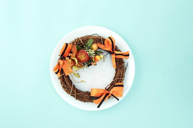 Puste naczynie z dekoracyjnym wieńcem halloween