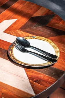 Puste naczynie z łyżką i widelcem na stole