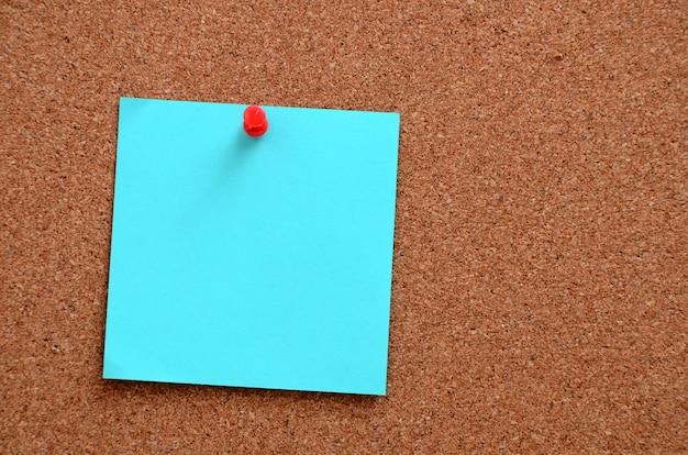 Puste notatki przypięte do tablicy korkowej