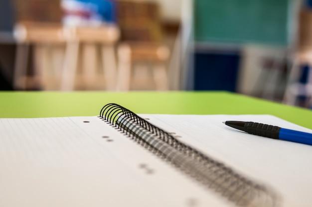 Puste notatnik z szkoły i materiałów biurowych na biurku tabeli