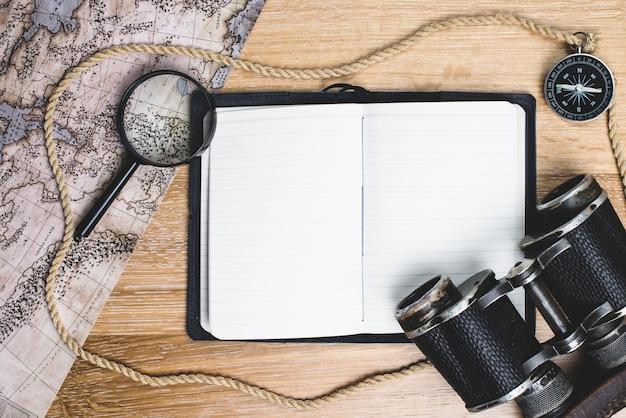 Puste notebook z elementów podróży