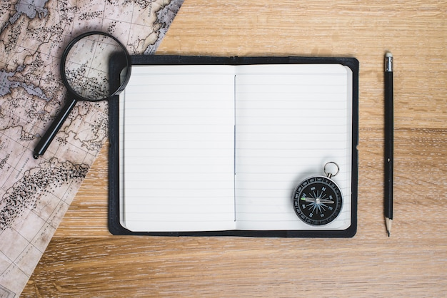 Puste Notebook Z Kompasem I Innych Narzędzi Podróży Darmowe Zdjęcia