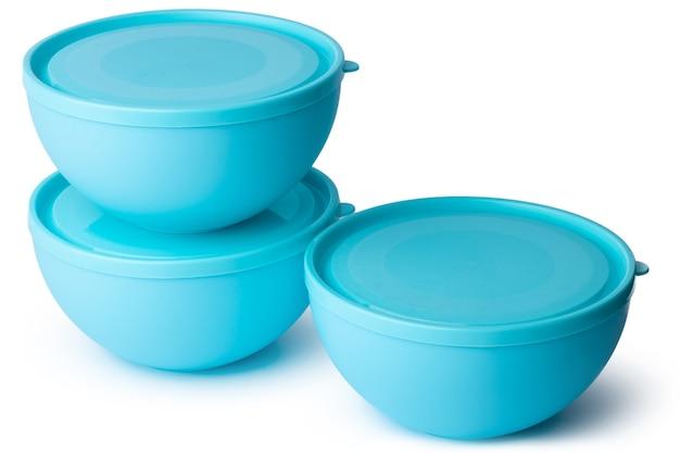 Puste nowe plastikowe miski na białym tle