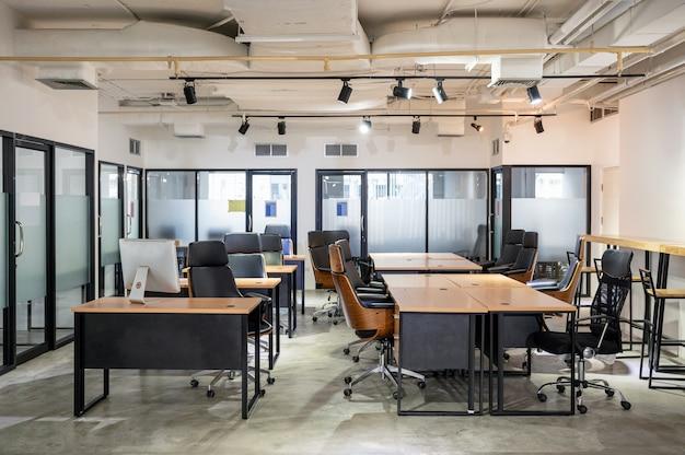 Puste, nowoczesne biuro z biurkiem i krzesłem tymczasowo zamknięte