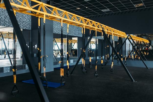 Puste nowoczesne centrum sportowe. nikt na siłowni, wnętrze klubu fitness