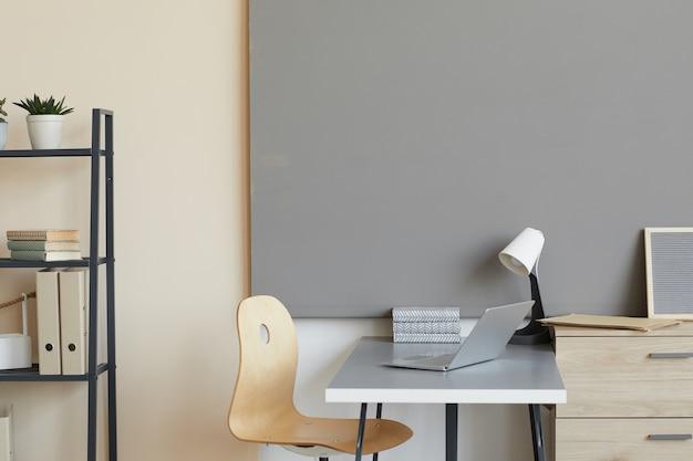 Puste nowoczesne miejsce pracy z laptopem w biurze