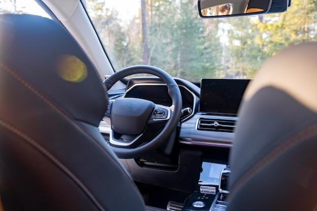 Puste nowoczesne wnętrze samochodu. pusty fotel kierowcy w nowoczesnym samochodzie premium. kierownica