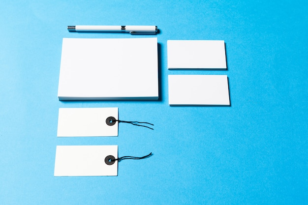 Puste obiekty biurowe zorganizowane do prezentacji firmy na niebieskim tle papieru