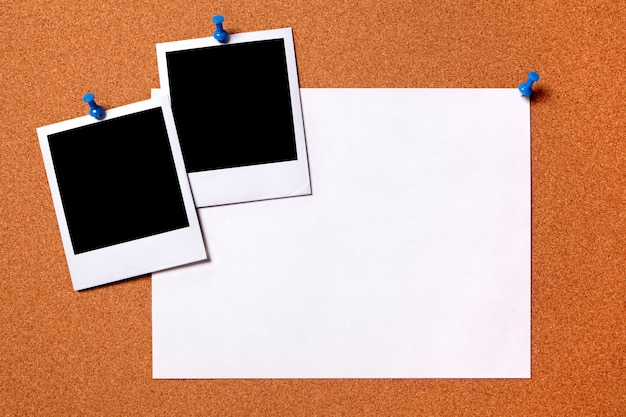 Puste odbitki i zwykły papier plakat przypięte do tablicy ogłoszeń korka przestrzeń dla kopii