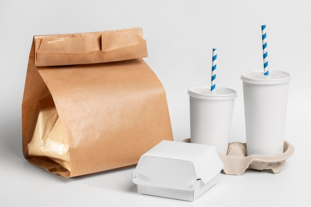 Puste opakowania kubków fast food i burgerów z papierową torbą