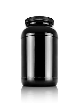 Puste opakowanie czarnej butelki produktu białka serwatki na białym tle ze ścieżką przycinającą