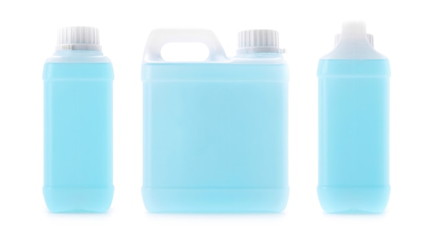 Puste opakowanie galonów niebieskiego środka dezynfekującego alkohol do czyszczenia rąk na białym tle ze ścieżką przycinającą