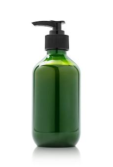 Puste opakowanie zielona butelka z pompką do makiety do projektowania produktów kosmetycznych na białym tle ze ścieżką przycinającą