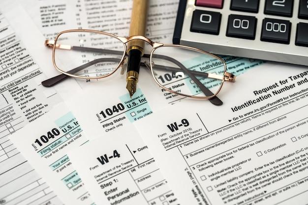Puste papierowe formularze podatkowe 1040, w4 i w9 z bliska