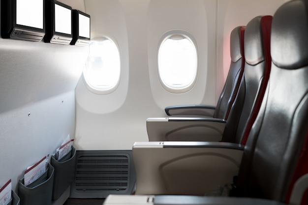 Puste pasażerskie samolotowe siedzenia w kabinie. wnętrze w nowoczesnym samolocie.