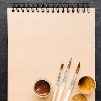 Puste pędzle i notatnik