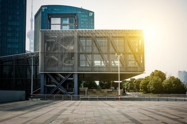 Puste piętro przodu nowoczesnego budynku