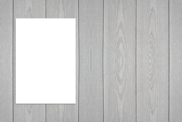Puste plakat papierowy składany wiszący na drewnianej ścianie