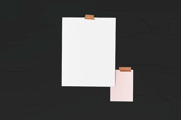 Puste plakaty przyszyte na ścianie