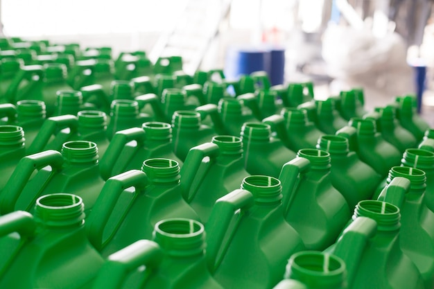 Puste plastikowe puszki na płyny w kolorze zielonym.